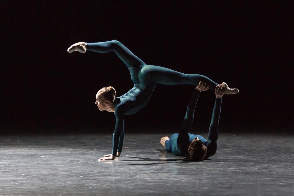Katja Wünsche and Alexander Jones in Douglas Lee's Aria<br/Photo Gregory Batardon