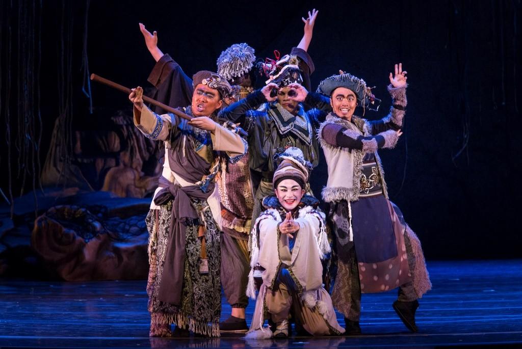The troupe<br/>(front Pan Jen-run as Flute; standing (l-r) Yin Chung-min as Quince, Lin Chao-hsu as Bottom, Luo Guo-qiang as Starveling; back Wei Zhu-qiao as Snug)Photo Kuo Cheng-chang
