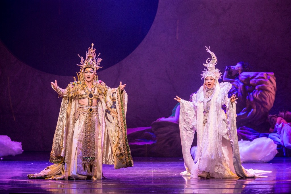 Wu Hsing-kuo as Oberon (left) and Wei Hai-min as Titania in A Midsummer Night's Dreamby Contemporary Legend TheatrePhoto Kuo Cheng-chang