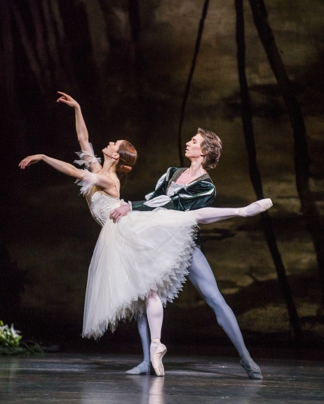 Marianela Nuñez and Vadim Muntagirov in Act 2 of GisellePhoto ROH,Ttristram Kenton