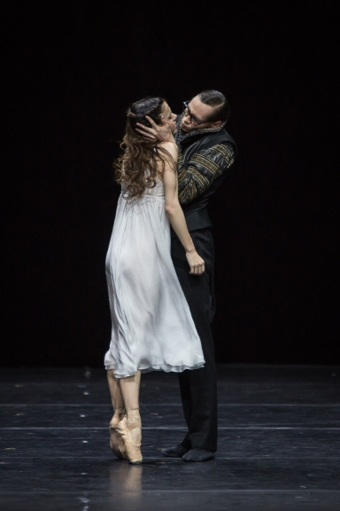 Giulia Tonelli as Juliet and Dominik Slavkovsky as ParisPhoto Gregory Batardon