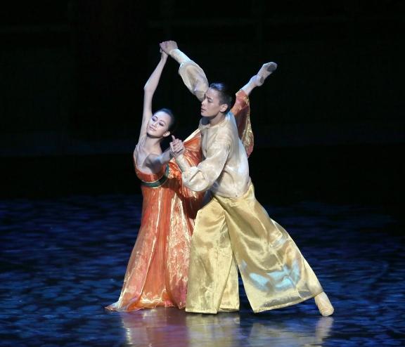 Shanghai Ballet in Echoes of Eternity by Patrick de Bana(Wu Husheng as the Emperor and Qi Bingxue as Yang GuifeiPhoto Chen Wen