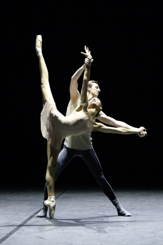 Paula Tarragüel and Thomas Badrock in Willam Forsythe's New SuitePhoto Ida Zenna