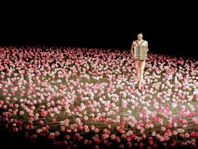 Tanztheater Wuppertal Pina Bausch in NelkenPhoto Jochen Viehoff