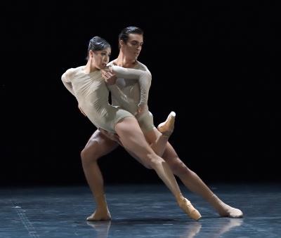 Hyo-Jung Kang and Martí Fernández Paixà in Arcadia by Douglas LeePhoto Stuttgart Ballet