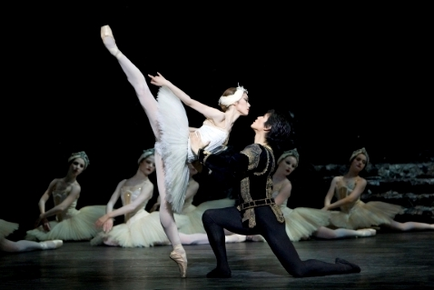 Nao Sakuma as Odette with Chi Cao as Prince Siegfried in Swan Lakephoto Bill Cooper