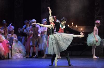 Jeffrey Cirio as Lescaut and Katja Khaniukova as his Mistress in ManonPhoto Laurent Liotardo