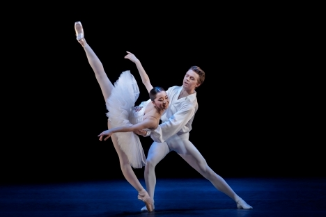 Elegant precision in Suite en Blanc: Dancing|Forward by the Royal Swedish Ballet