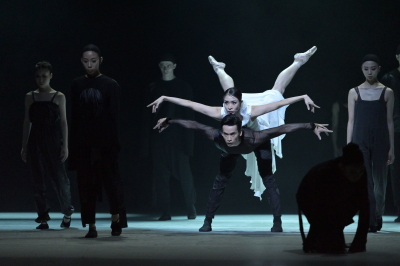 Ye Feifei, Li Lin and Hong Kong Ballet in an excerpt from Between the Emotion and the ResponsePhoto Conrad Dy-Liacco