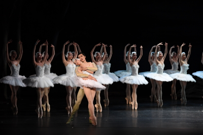Ye Feifei, Wei Wei and Hong Kong Ballet in Swan LakePhoto Tony Luk