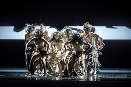 Change and hope: Cloud Gate Dance Theatre (雲門舞集) in Lunar Halo (毛月亮) by Cheng Tsung-lung (鄭宗龍)