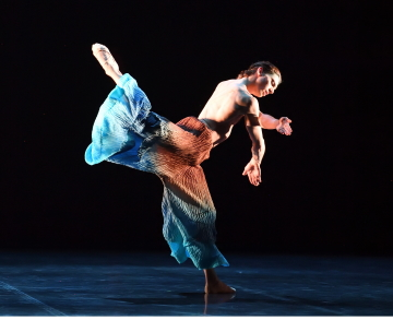 Matteo Miccini in Chrysalis by Vittoria Girelli. Photo Stuttgart Ballet