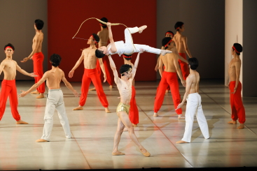 Yuki Higuchi and Mashu Ohno (centre) with The Tokyo Ballet in Maurice Bejart's MPhoto Kiyonori Hasegawa