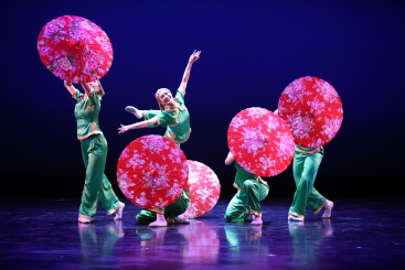 Nai-Ni Chen Dance Company in Mountain Rain in the Tea GardenPhoto Anthony ALverrez