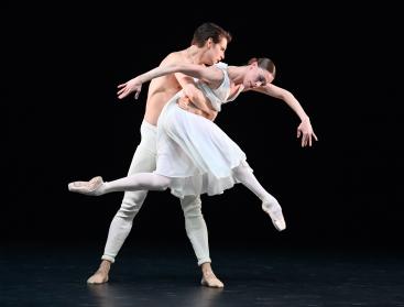 David Moore and Anna Osadcenko in Adagio HammerklavierPhoto Stuttgart Ballet